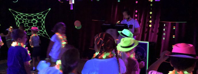 Neon blacklight party dansende kinderen